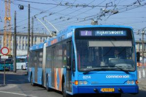 Trolleybussen voorzien elektrische voertuigen van stroom