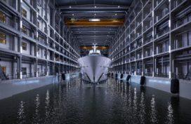 Grootste jacht ooit gebouwd in Nederland, te water