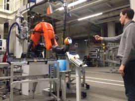 Werknemers Audi Brussel sturen robots aan met gebaren