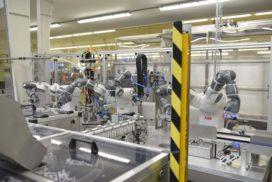 Samenwerkende cobots bouwen hollewanddozen