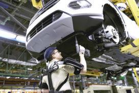 Mens en machine worden één: Gebruik 100 exoskeletten bij Ford-productie