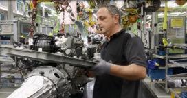 Auto's Mercedes-Benz rijden autonoom van montagelijn in nieuwe fabriek